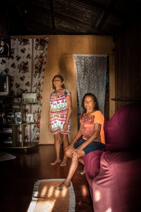 Jauary. Dona Deuzarina Silva, 74 anos em pé, Dona Dilma Salgado, 70, sentada.